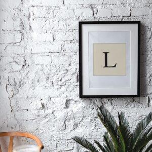 """Autocollant déco d'intérieur d'alphabet Lettre """"L"""" beige et noir pour cadre sur mur blanc"""