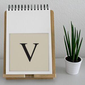 """Adhésif sticker lettre """"V"""" noir et beige d'alphabet pour déco d'agenda sur un meuble"""