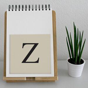 """Autocollant """"Z"""" beige et noir lettre d'alphabet pour décoration d'agenda sur un meuble"""