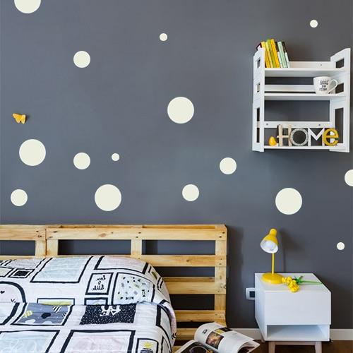 Autocollant rond gris clair pour déco de mur foncé de chambre d'enfant