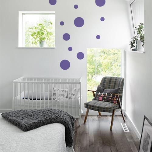 Sticker adhésif rond violet pour décoration de mur blanc de chambre d'enfant