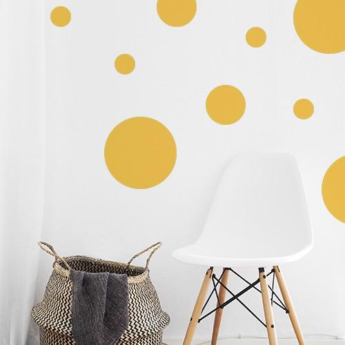 Adhésif déco rond jaune pour mur blanc de salon