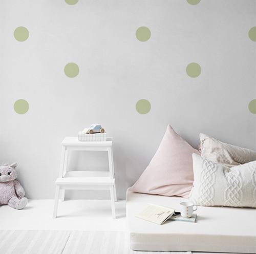 Sticker adhésif rond vert pâle pour déco de mur blanc de chambre d'enfant