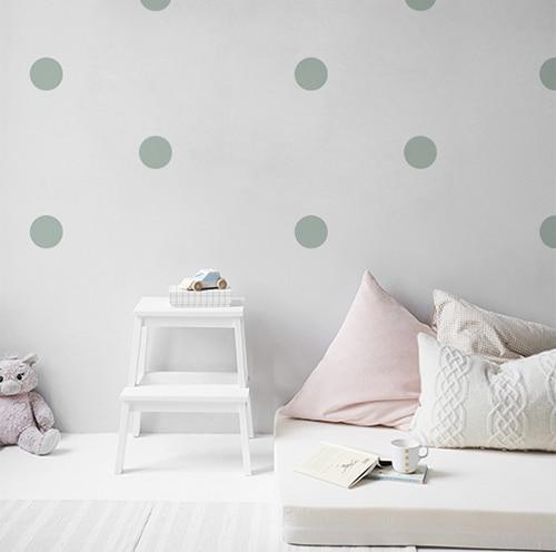 Adhésif rond bleu pâle pour déco mur blanc de chambre d'enfant