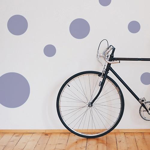 Sticker adhésif déco rond violet pâle pour mur blanc de salon