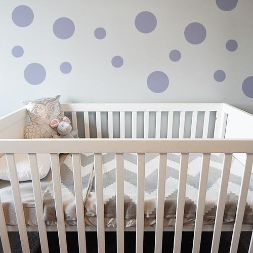 Adhésif rond violet pâle pour déco de mur au dessus d'un berceau d'enfant