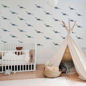 Mosaïque de petits stickers dino gris collés au mur d'une pièce à jouer pour enfants
