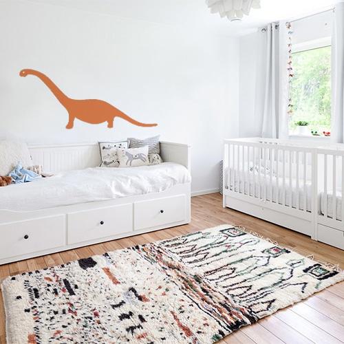 chambre d'enfant décorée avec un sticker géant dino orange