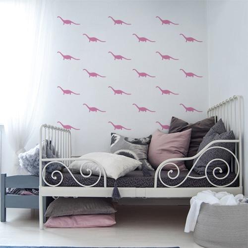 Ensemble de cinq stickers dino roses dans une chambre pour enfants