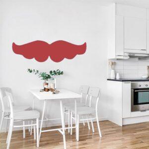 Moustache rouge bien fournie stickée au mur d'une cuisine