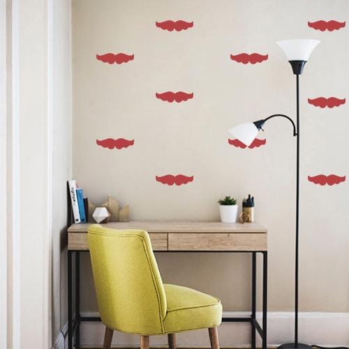 Frise de moustaches rouges bien fournies collée au mur d'un bureau