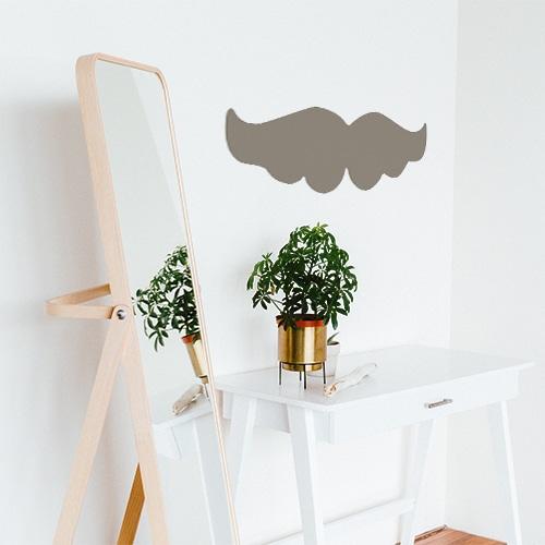 Sticker moustache taupe collé près d'un miroir