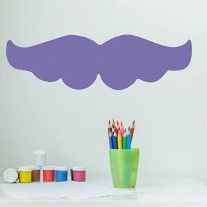 sticker géant moustache violette collé au mur d'une pièce pour enfants