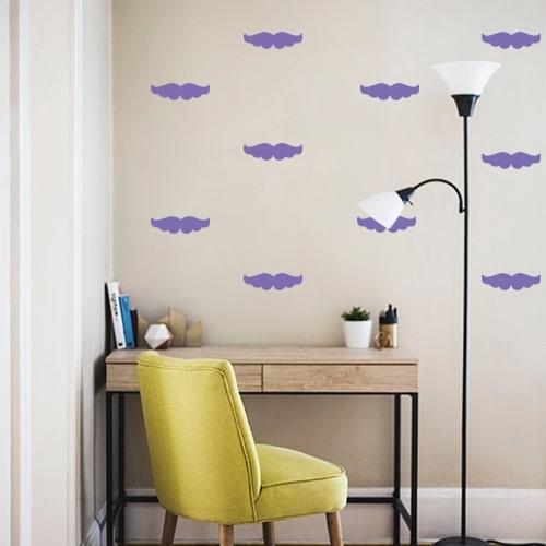 Mosaïque de moustaches violette colée au mur d'un petit bureau