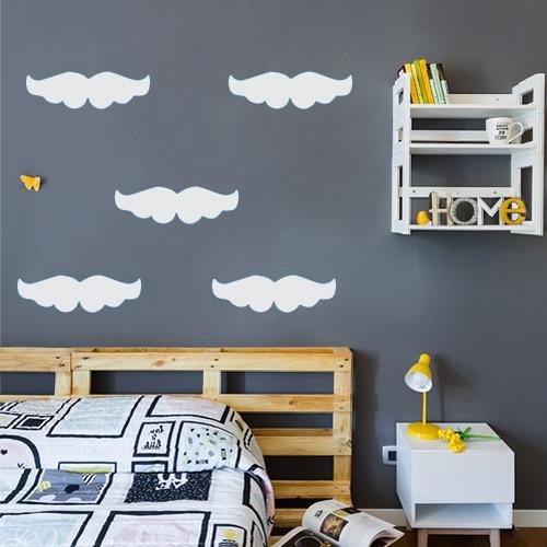 Ensemble de stickers moustaches grises collé à un mur gris foncé dans une chambre