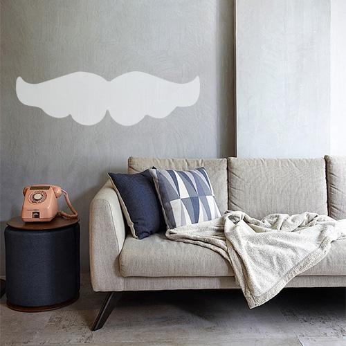 Sticker géant moustache grise bien fournie collé au mur d'une pièce à vivre