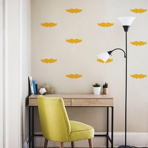 Ensemble de petits stickers jaunes collés au mur d'un bureau