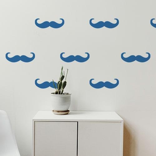 Frise de stickers moustaches en croc bleue collée au mur d'une pièce
