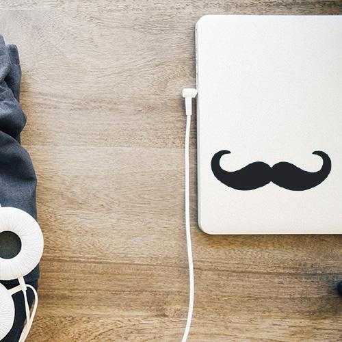 Mosutache en croc noire stickée sur un ordinateur portable