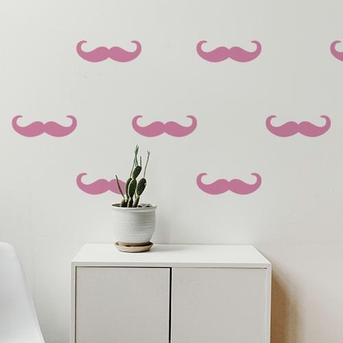 7 stickers moustaches en croc rose collés au mur d'une pièce à vivre