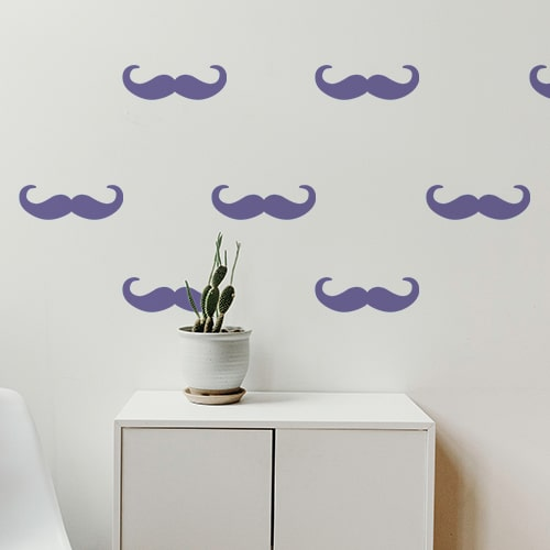 Ensemble de moustches en croc violette dans une pièce à vivre