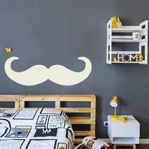 sticker moustache en croc grise clair collé au mur d'une chambre à coucher