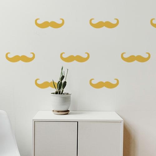 Ensemble de moustaches en croc jaunes collées au mur d'une pièce à vivre