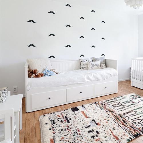 chambre pour enfant avec une frise de stickers moustaches épaisses noires