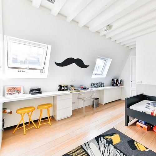 moustache épaisse noire géante collée au mur d'une chambre