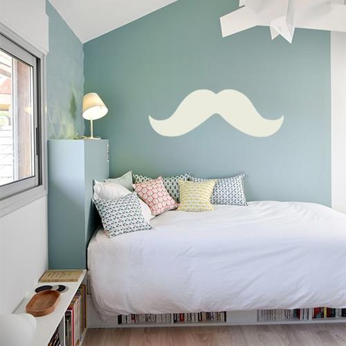 sticker géant moustache beige sur un mur bleu dans une chambre