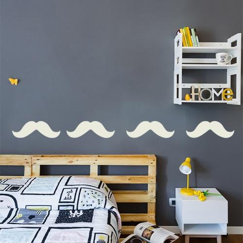 frise de moustaches beiges collé sur un mur gris foncé