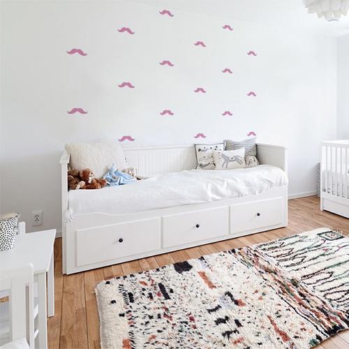 frise de petites moustaches roses dans une chambre