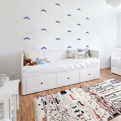 Frise de petites moustaches violettes dans une chambre à couché