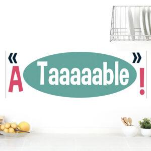 """Autocollant """"à table !"""" déco bleu et rose pour cuisine moderne blanche"""