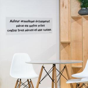 Adhésif sticker décoration salle à manger citation auteur dramatique gris