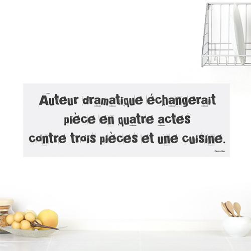 Sticker Auteur dramatique posé sur un mur blanc