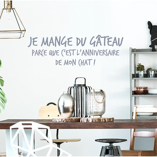 Sticker citation Mange du gateau déco au dessus d'une table à manger