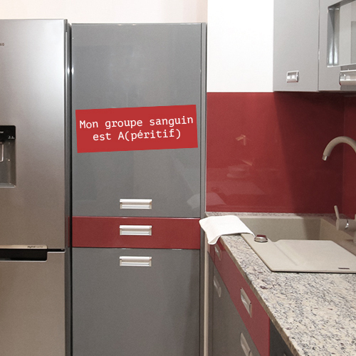 Sticker Mon groupe sanguin citation sur un frigo dans une cuisine moderne