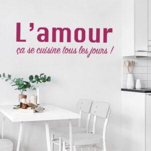 """Sticker adhésif citation """"l'amour ça se cuisine"""" pour déco de salle à manger"""