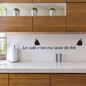 """Sticker citation """"le café c'est ma tasse de thé"""" sur mur de cuisine design"""