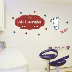 """Autocollant citation """"le chef a toujours raison"""" sur mur de cuisine moderne"""