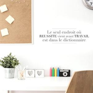 """Adhésif décoration citation """"le seul endroit"""" pour mur blanc au dessus d'un bureau"""