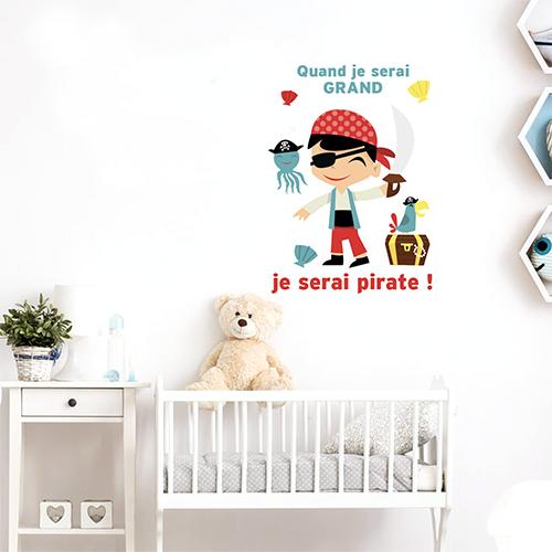 Sticker autocollant Pirates collé au dessus d'un lit de bébé