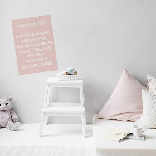 Sticker le bonheur se multiplie dans un salon au dessus d'un canapé