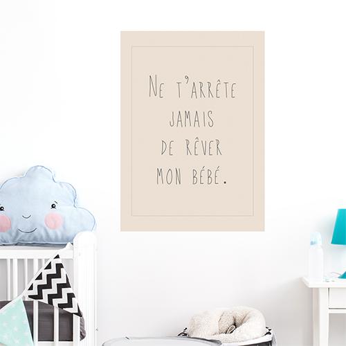 Sticker mural Ne t'arrête jamais de rêver posé dans une chambre de bébé