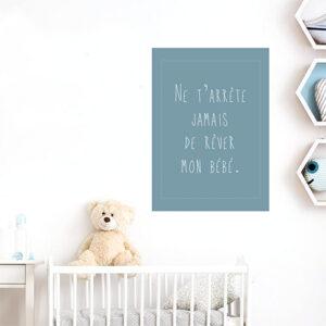 Sticker mural ne t'arrête jamais de rêver dans une chambre de bébé