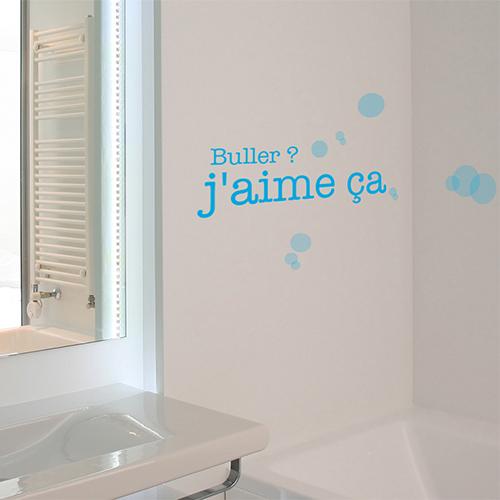 Sticker mural Buller j'aime ca déco dans une salle de bain à côté d'une fenêtre