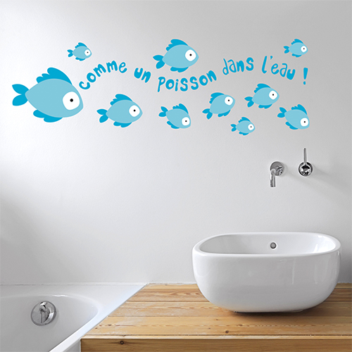 Sticker comme un poisson citation au dessus d'un lavabo dans une salle de bain