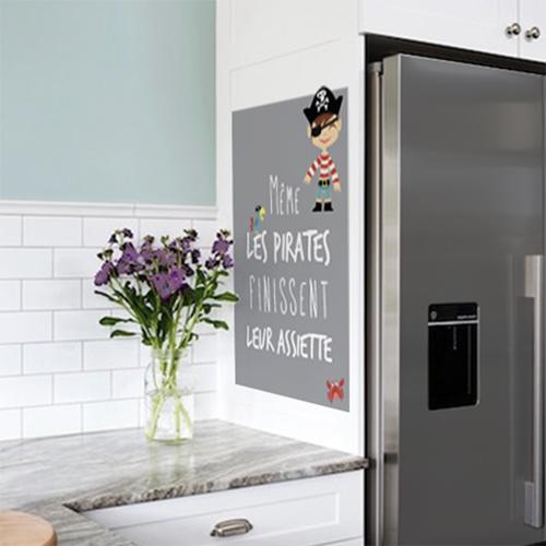 Sticker Pirates citation dans une cuisine à côté d'un frigo
