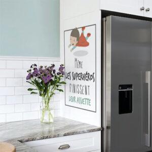 Sticker superheros assiette déco à côté d'un frigo américain